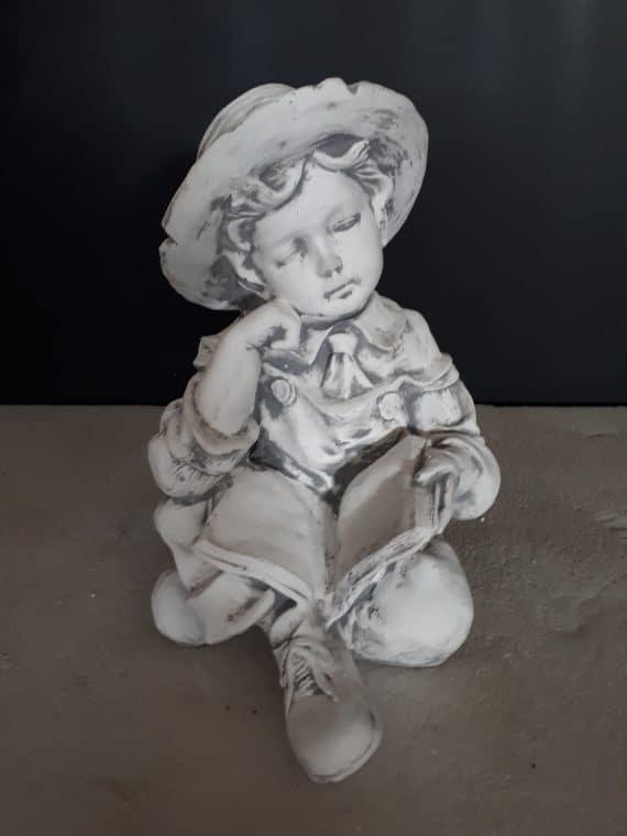 L219 jongen zittend met boek